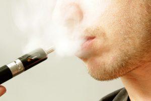 Zigarette und Bewertung des Dampfens